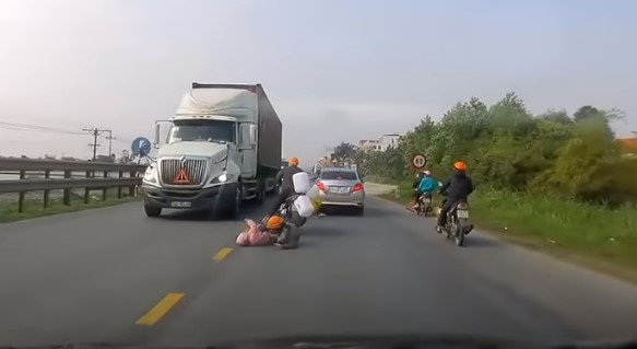 Mutter und Kind stürzen von Roller | Quelle: YouTube / ViralHog