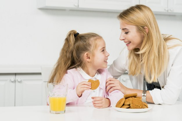 A mother and daughter bonding in the kitchen.   Source: Freepik