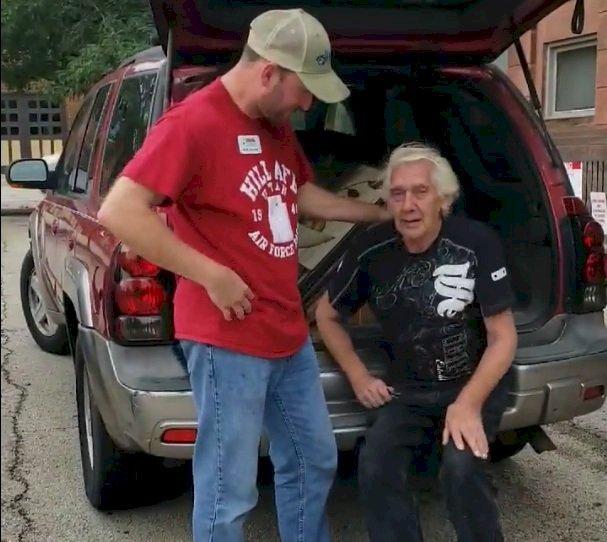 Veteran wird mit Auto  überrascht | Quelle: Facebook/ TLS Veterans