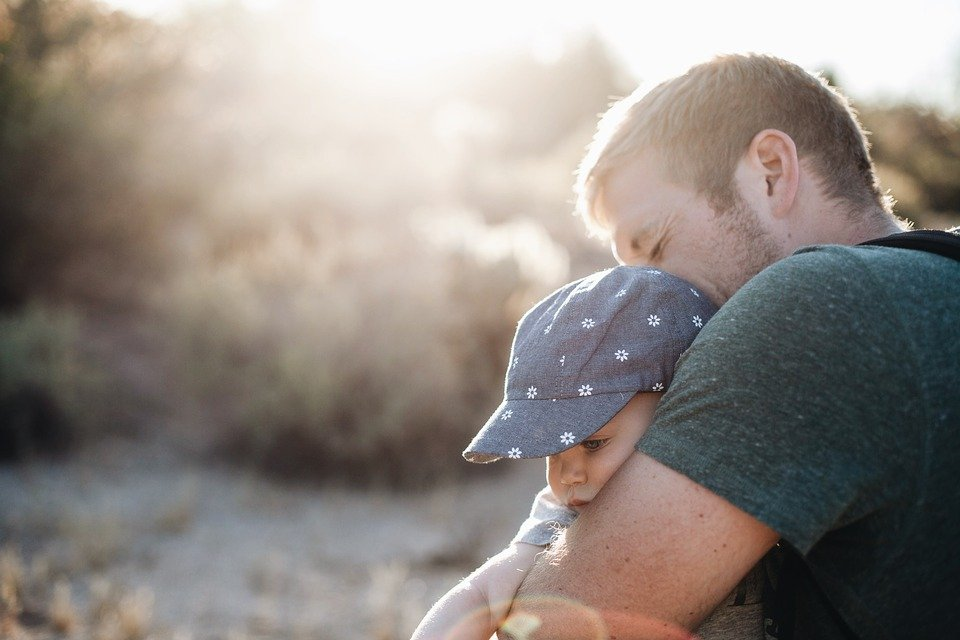 Vater umarmt sein Kind | Quelle: Pixabay