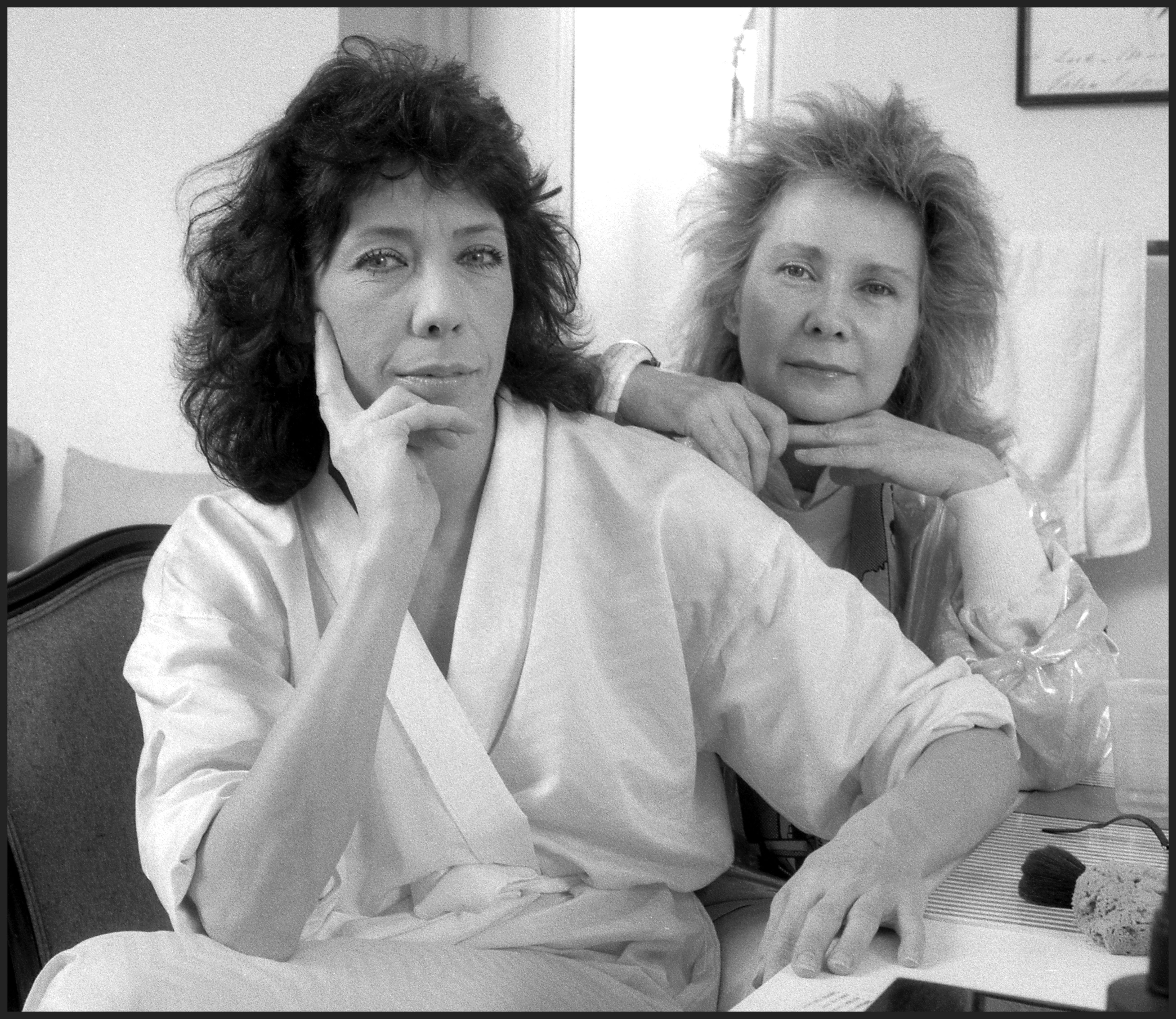 Lily Tomlin and Jane Wagner in their dressing room at the Plymouth Theater, New York. | Source: Getty Images