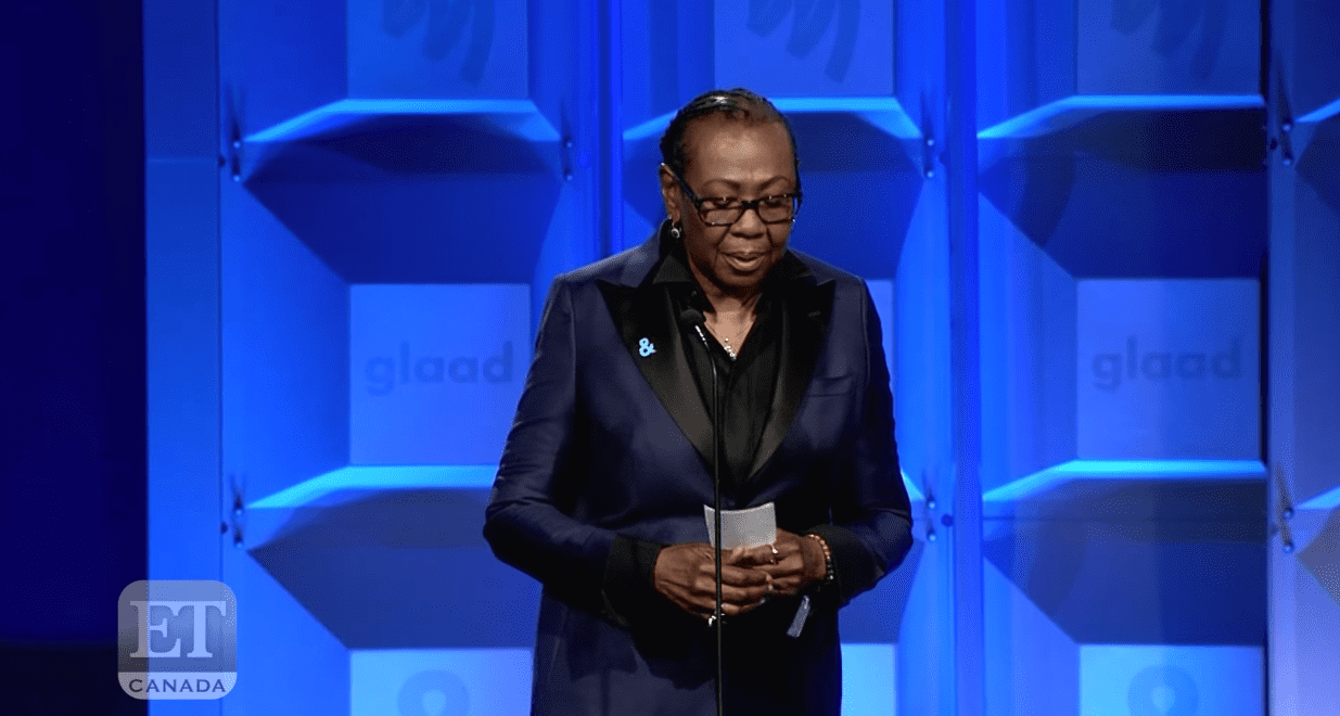 Gloria Carter gives an acceptance speech at the GLAAD Awards. | Source: Youtube./ETCanada