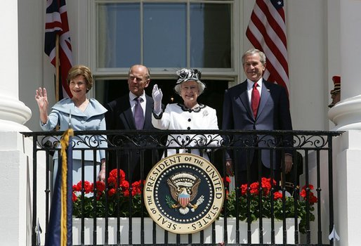Former US President George W. Bush and Mrs. Laura Bush accompanied by Her Majesty Queen Elizabeth II and HRH Prince Philip at the White House while waving to an audience of 7,000 guests during the Arrival Ceremony. | Source: WikiMedia Commons