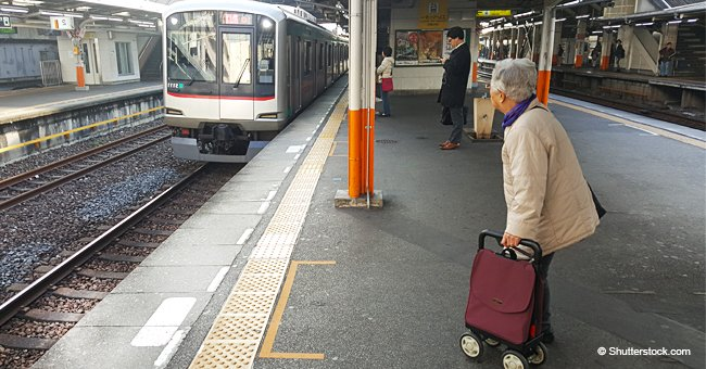 Photo of an Elderly Woman Forced to Stand in a Train Goes Viral and Divides the Internet