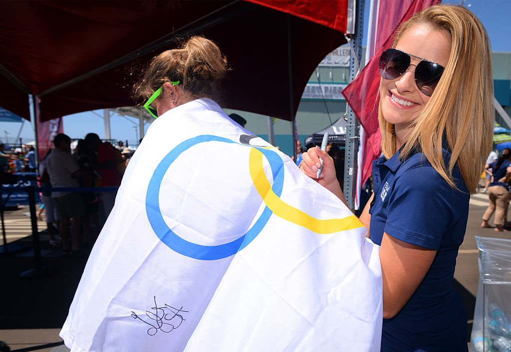 Olympic Ice Dancer Tanith Belbin signs an autograph for a fan at the USOC Road To Rio Tour on September 5, 2015 | Photo: Getty Images