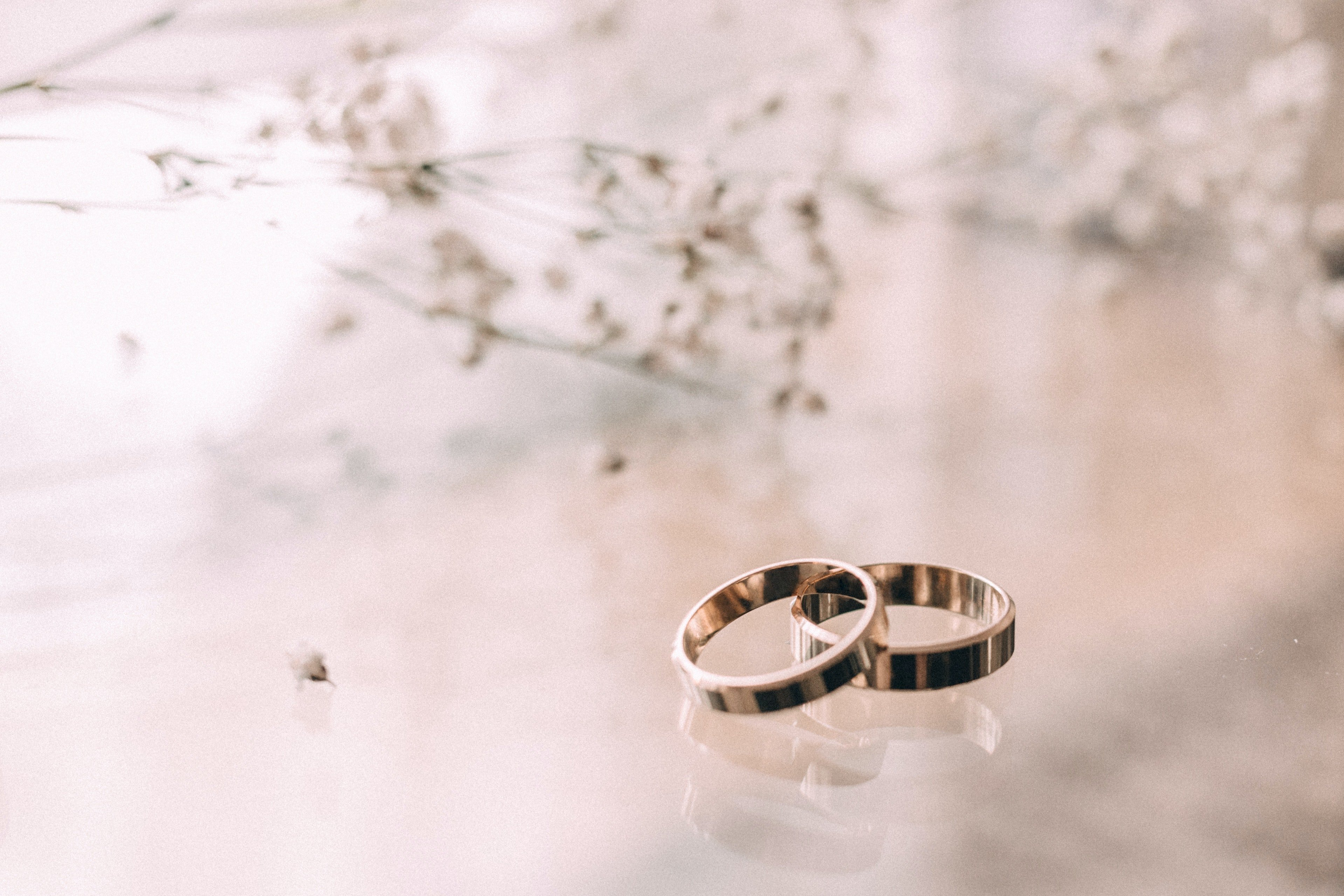 Two silver colored rings | Photo: Pexels