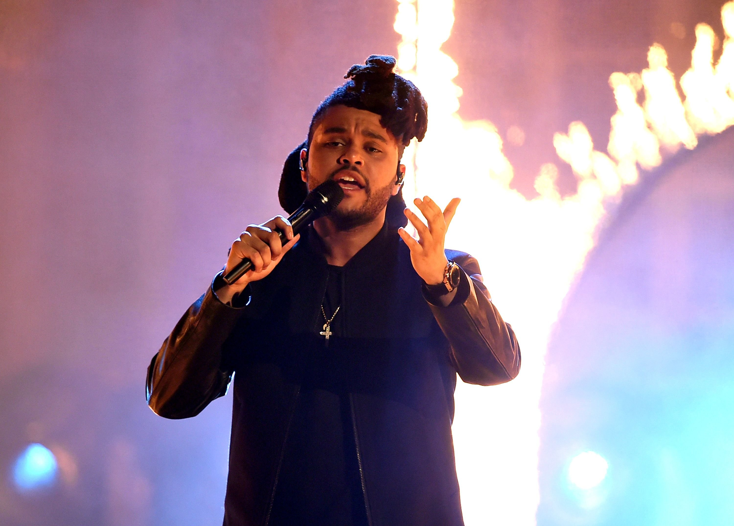 Singer The Weeknd performs onstage during the 2015 American Music Awards at Microsoft Theater on November 22, 2015 in Los Angeles, California. | Photo: Getty Images