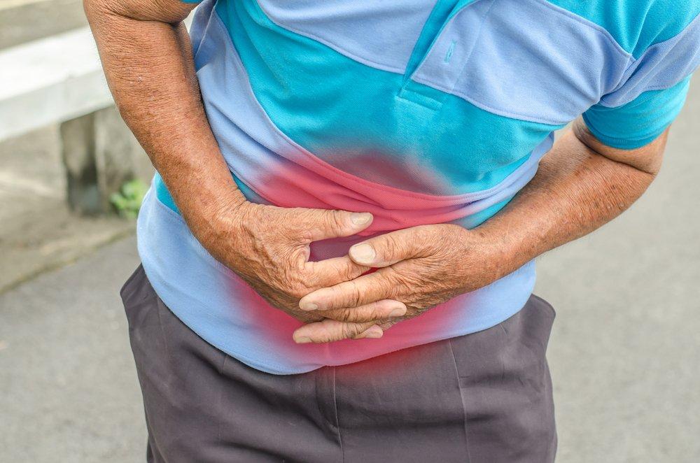 Un homme avec des douleurs abdominales | Source : Shutterstock