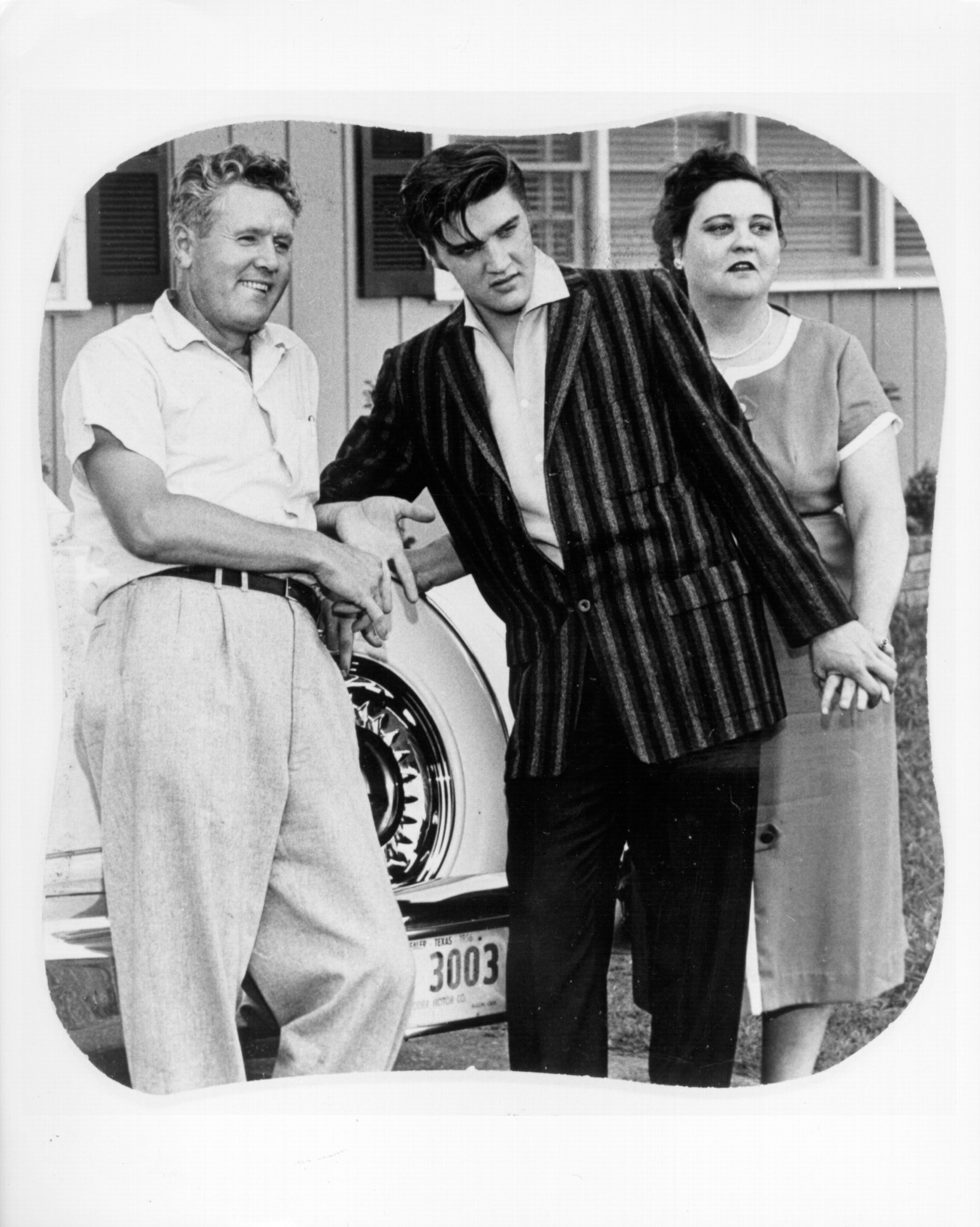 Elvis Presley poses for a portrait with his parents Vernon and Gladys Presley in circa 1956. | Source: Getty Images