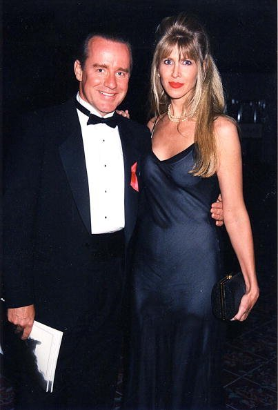 Phil Hartman and Brynn Omdahl at an HBO event in 1998. | Photo: Getty Images
