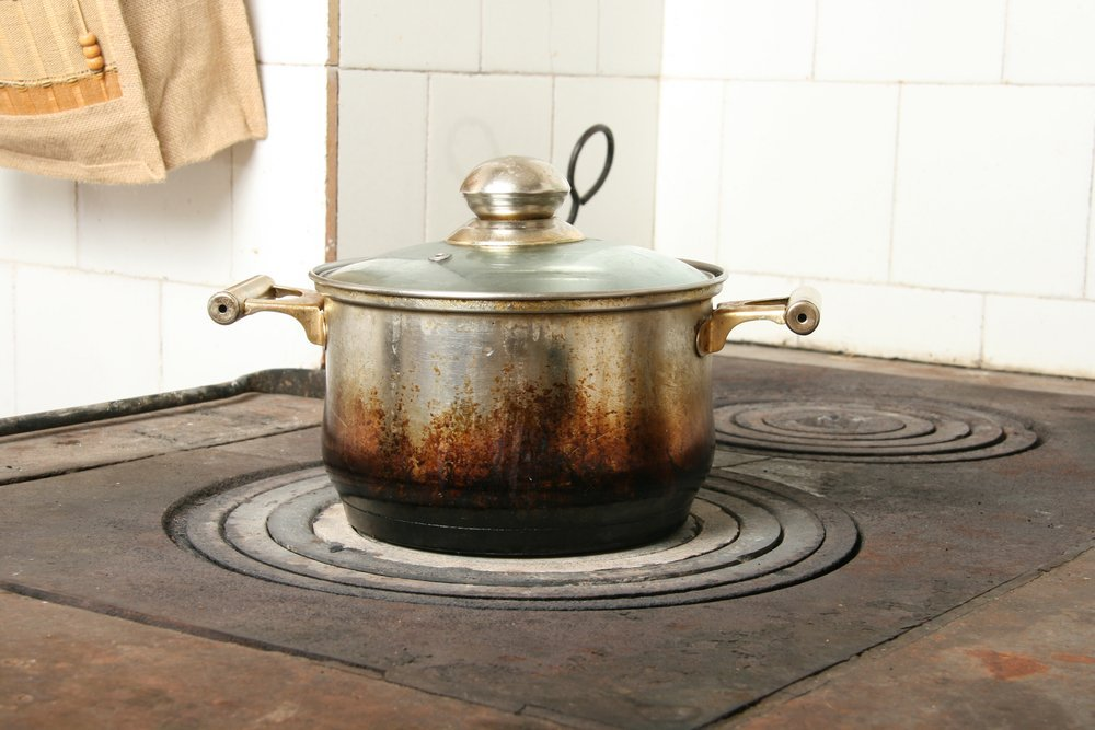 Dirty pan on a stove | Photo: Shutterstock