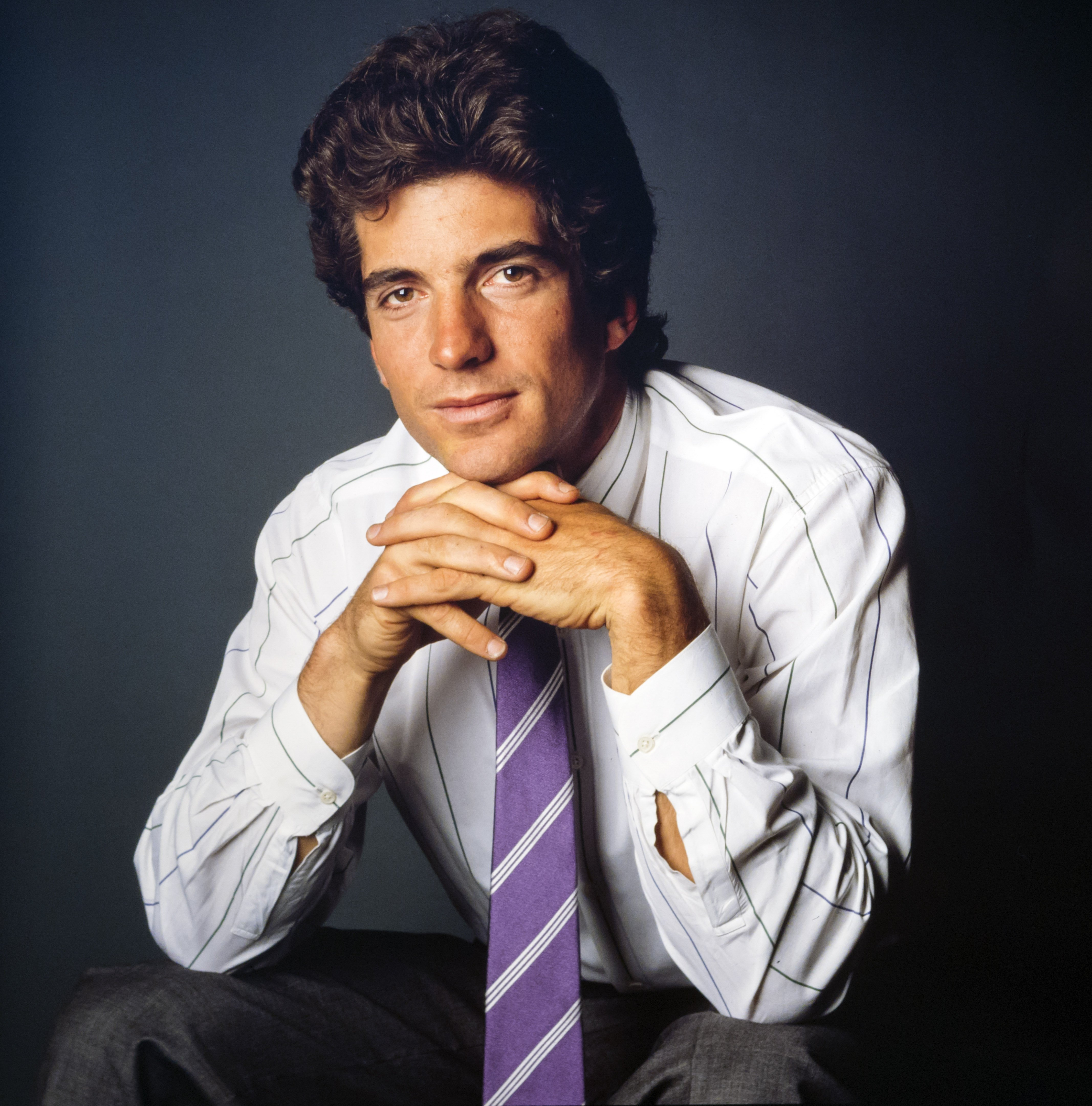 Studio portrait of American lawyer and magazine publisher John F Kennedy Jr., New York, 1988 | Photo: Getty Images