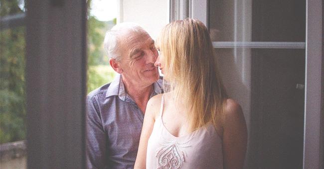 Une adolescente tombée amoureuse à l'âge de 16 ans d'un homme de 61 ans défend leur relation