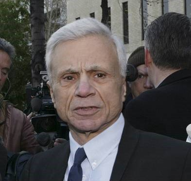 Robert Blake speaks to reporters outside the courthouse as he arrives for a pre-trial hearing in Van Nuys, California on December 6, 2004   Photo: Getty Images