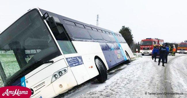 Premiers accidents de neige épaisse: le bus scolaire avec 6 enfants s'est retrouvé dans un fossé à Boeschèpe
