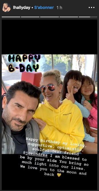 Jean Claude Sindres et Laeticia avec ses deux filles.| Photo: Instagram story / Laeticia Hallyday