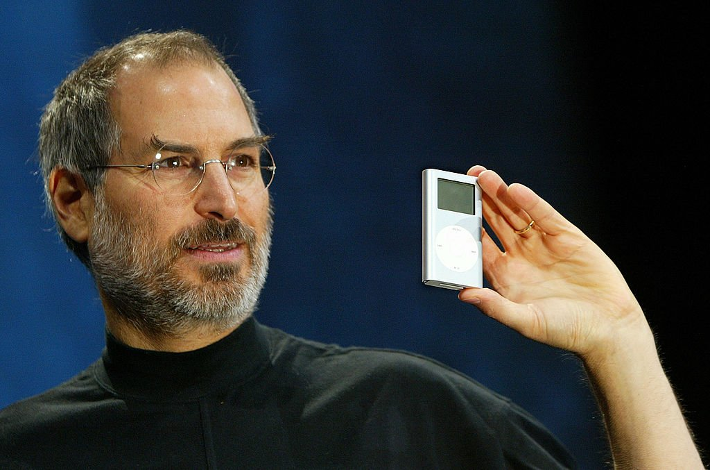 Steve Jobs shows off the mini iPod in San Francisco on January 6, 2004 | Photo: Getty Images
