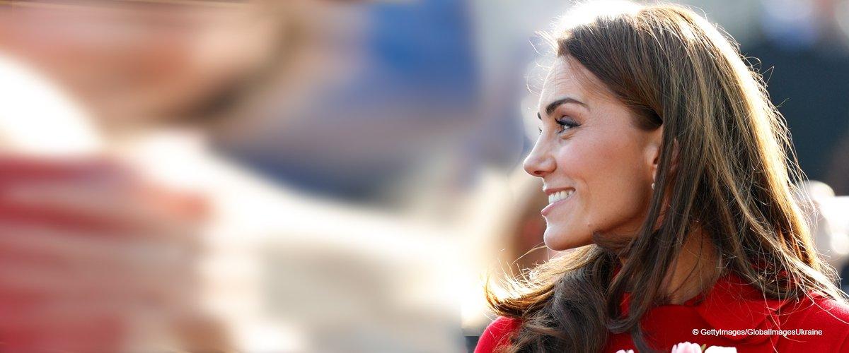 Kate Middleton verblüfft mit ihrem roten Mantel während eines Überraschungsausflugs mit William