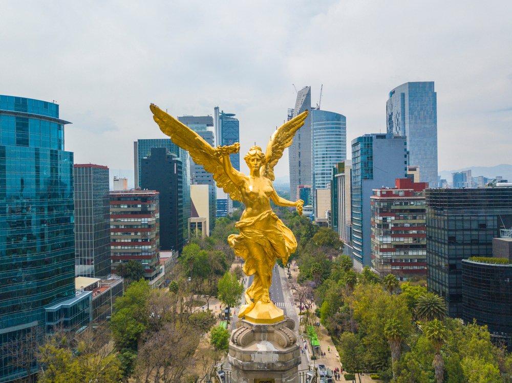 Vista aérea frontal de la estatua del Ángel de la Independencia en la Avenida Reforma.| Fuente: Shutterstock