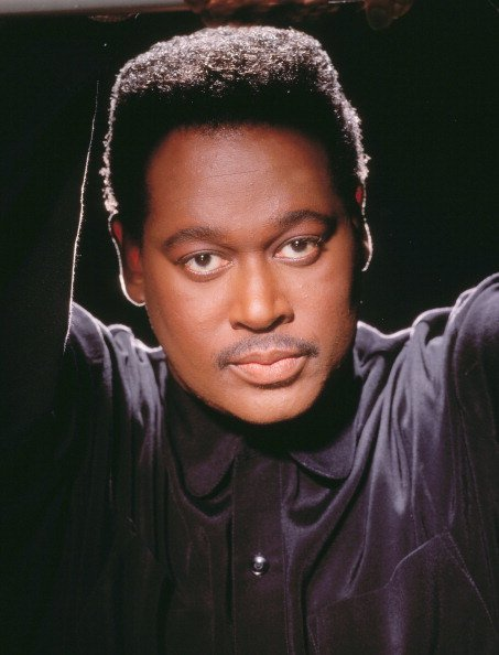 Singer Luther Vandross poses for a portrait in 1995 in Los Angeles, California | Photo: Getty Images