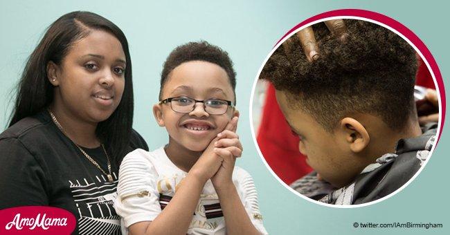 """Ein Junge durfte nicht auf dem Kinderspielplatz vor der Schule spielen, weil seine Frisur """"nicht anständig"""" war"""