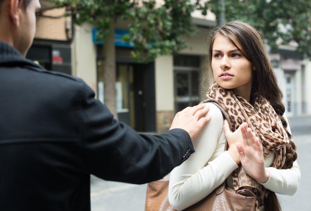 Pareja discutiendo en la calle. Fuente: Shutterstock.