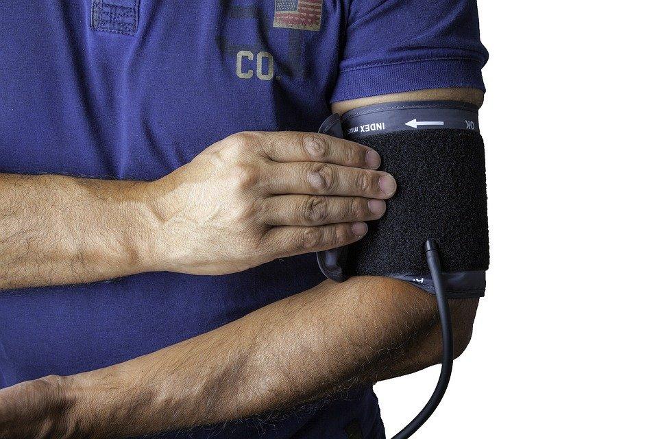 Persona tomando la presión arterial. | Foto: Pixabay