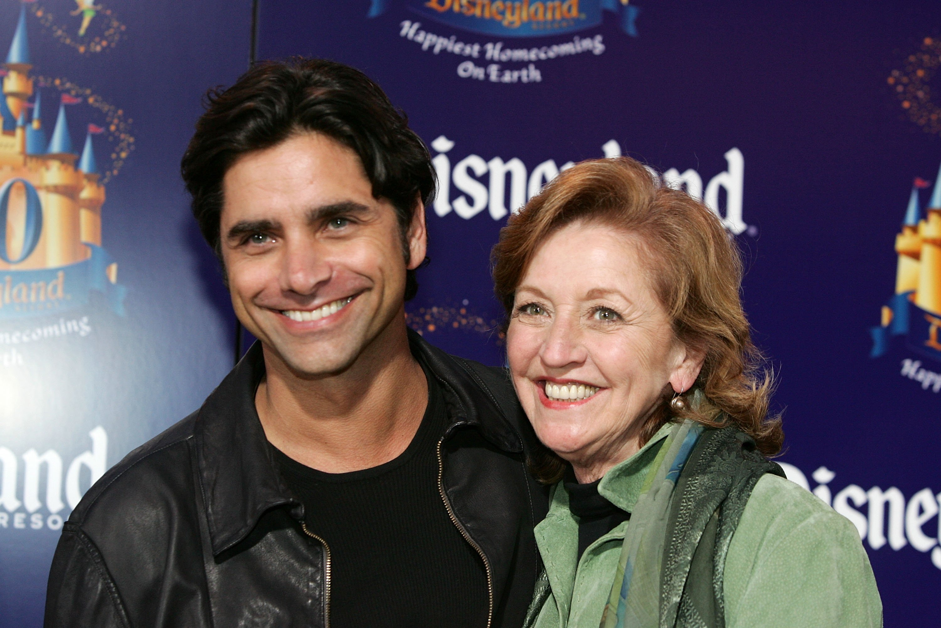 John Stamos mit seiner Mutter | Quelle: Getty Images