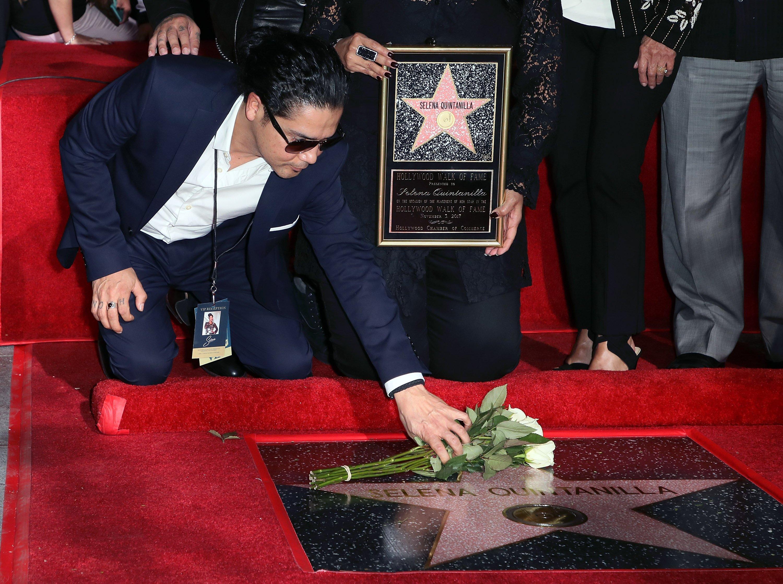 Viudo de Selena Quintanilla, Chris Pérez, en la ceremonia que develó la estrella del Paseo de la Fama de su difunta esposa en Hollywood, California || Fuente: Getty Images