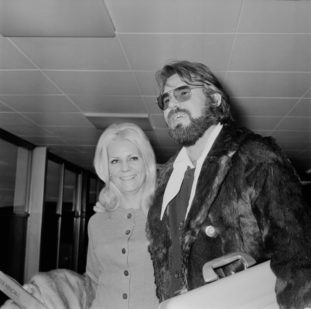 Kenny Rogers with his wife Margo Anderson at Heathrow Airport, London, UK, 24th March 1970. | Photo: Getty Images