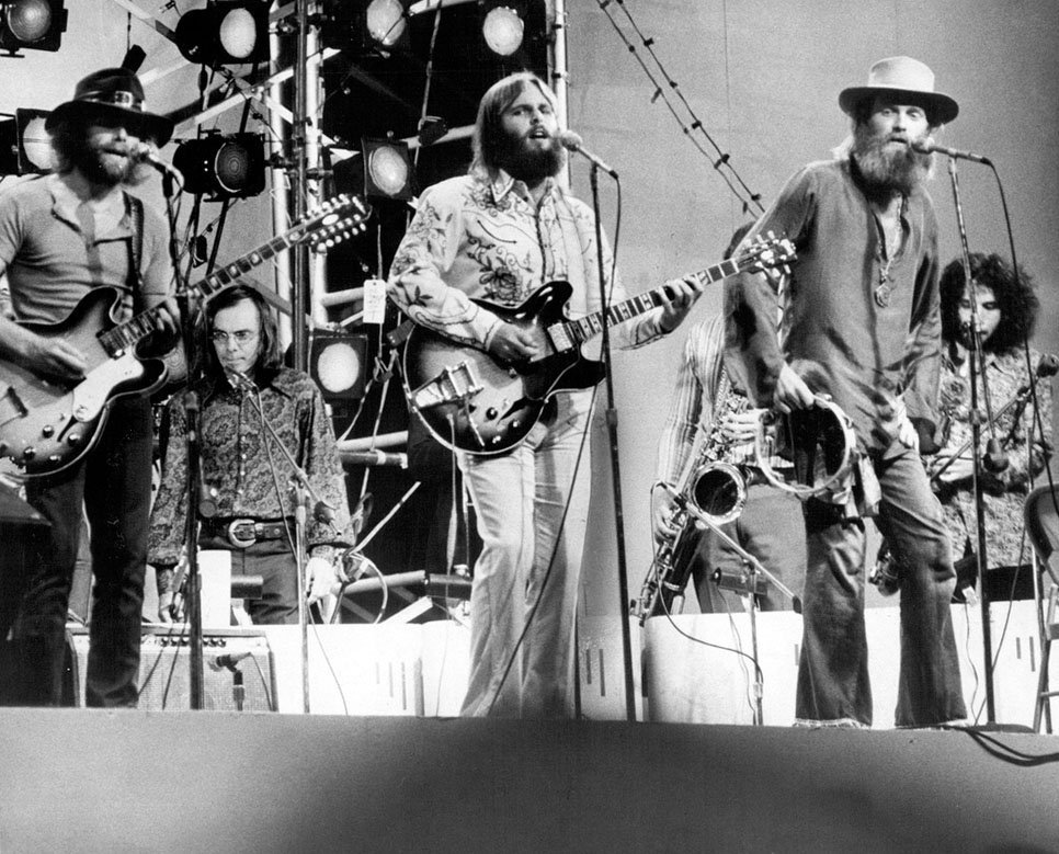 Carl (center) performing with the Beach Boys at Central Park, in 1971 | Photo: Wikimedia Commons Images