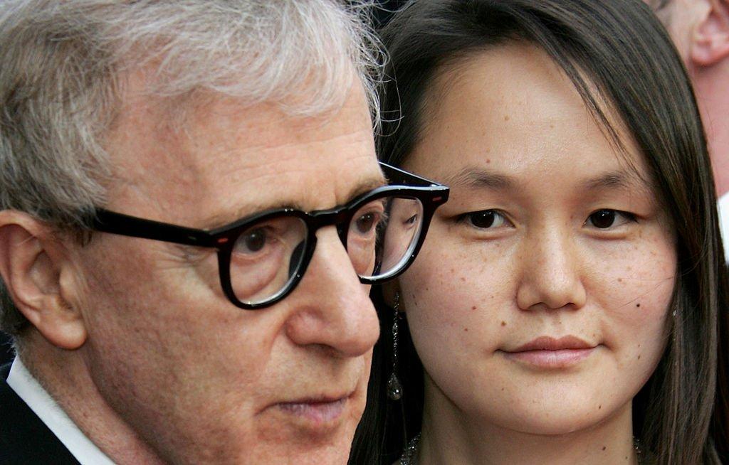 Woody Allen y su esposa Soon-Yi Previn en el Festival Internacional de Cine de Cannes el 12 de mayo de 2005. | Foto: Getty Images