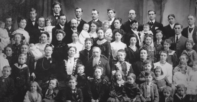 Feodor Vassilyev with his wife and their record holding 69 children. | Source: YouTube/Bright Side.