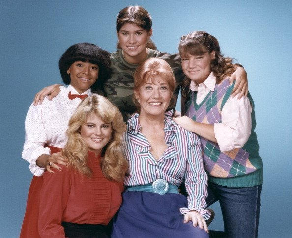 """Nancy McKeon, Mindy Cohn, Charlotte Rae, Lisa Whelchel and Kim Fields on set of """"Facts of life."""" 