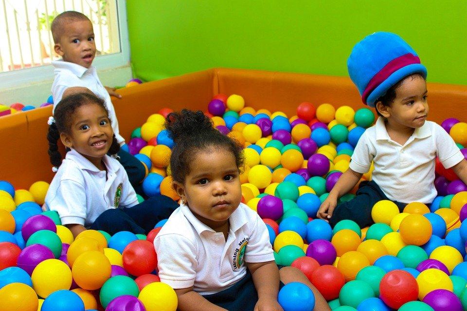 Niños en la piscina de pelotas del kinder.   Foto: Pixabay