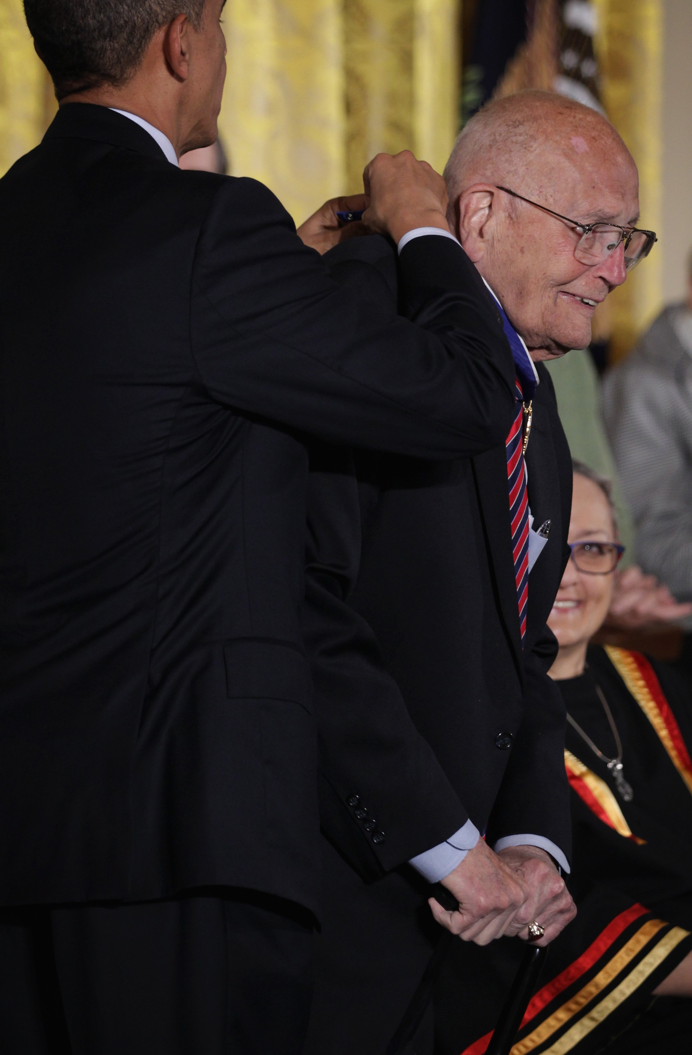Former President Barack Obama honors Rep. John Dingell with the Presidential Medal of Freedom | Photo: Getty Images