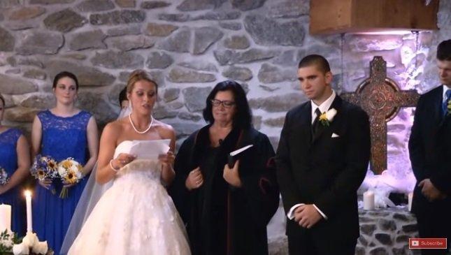 Novia lee sus votos en la boda. | Foto: YouTube.com / Love What Matters