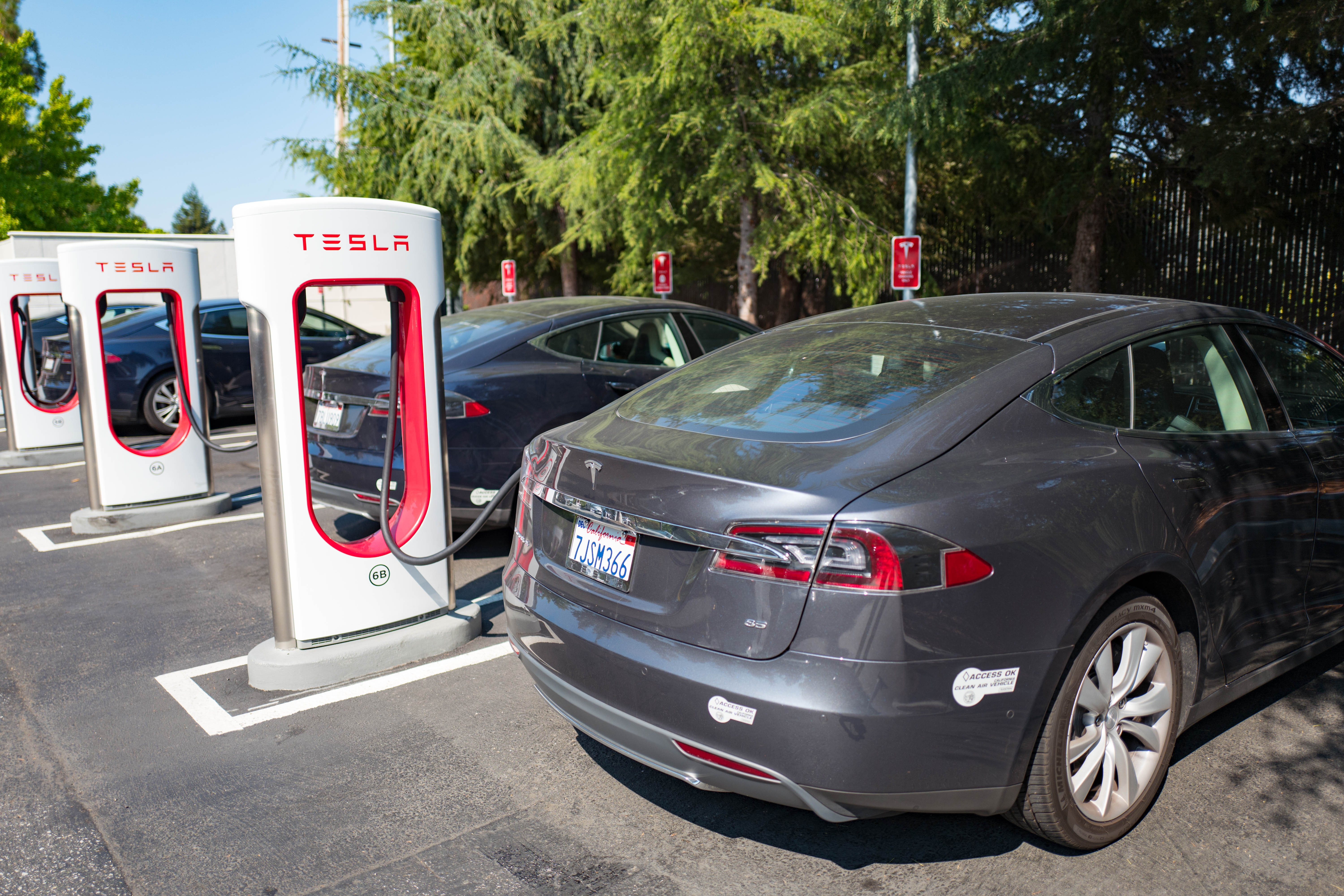 Tesla vehicles plugged in and charging | Photo: Getty Images