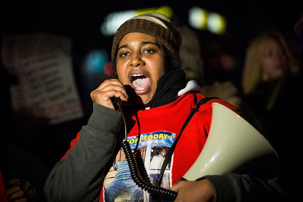 Erica Garner, daughter of Eric Garner, leads a march of people protesting the Staten Island, New York grand jury's decision not to indict a police officer involved in the chokehold death of Eric Garner in July | Photo: Getty Images
