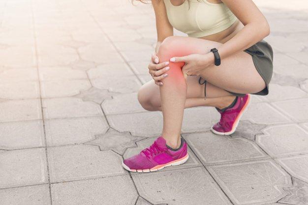 Mujer con dolor de rodilla | Imagen tomada de: Freepik
