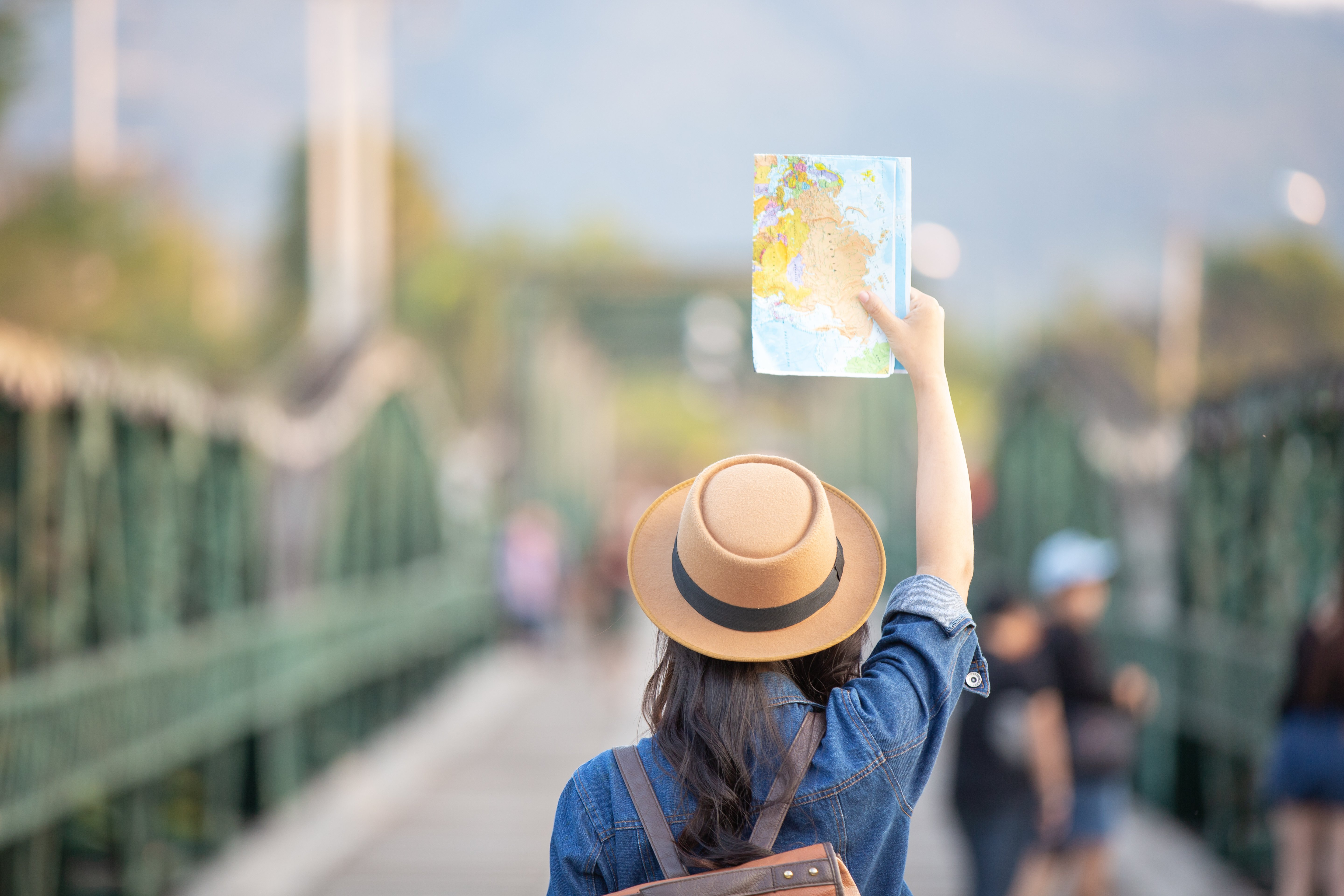 A female tourist trying to find her away around with help of a map | Photo: Free Pik