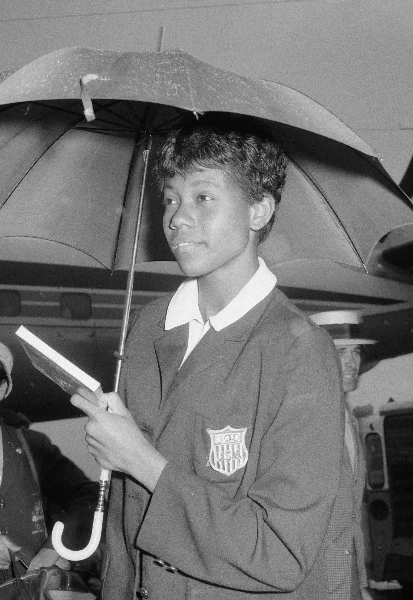 Wilma Rudolph poses under umbrella for the photographers in Netherlands in September 1960   Photo: Wikimedia Commons Images, 2.24.01.03 Bestanddeelnummer 911-6074, CC BY-SA 3.0 nl