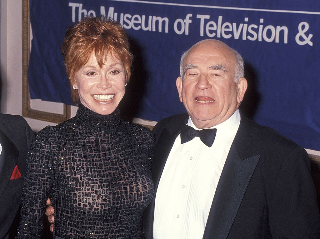 Mary Tyler Moore and actor Ed Asner attend the Museum of Television & Radio Honors David Brinkley and Mary Tyler Moore on February 9, 1995 at the Waldorf-Astoria Hotel in New York City. | Photo: Getty Images