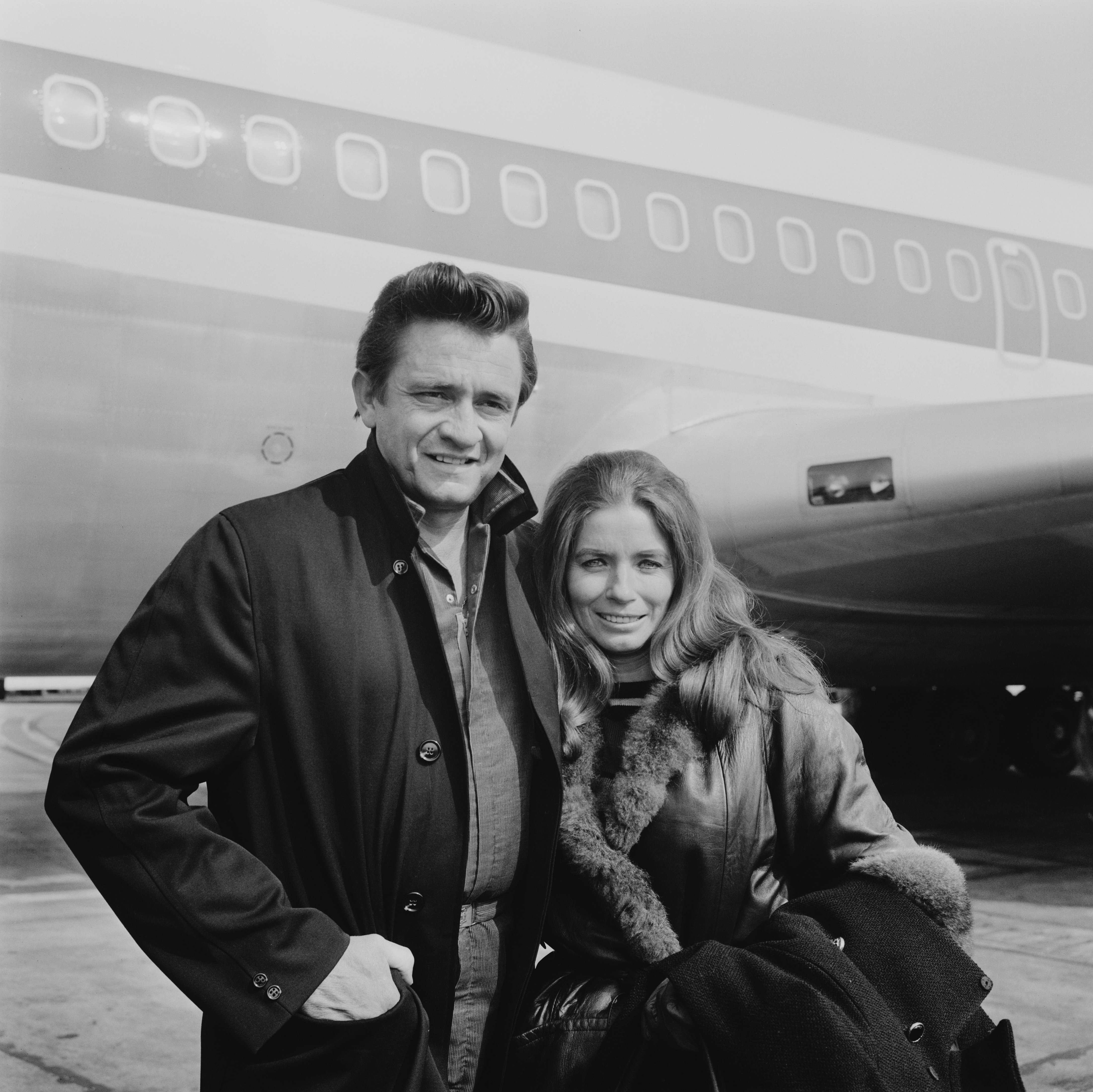 Johnny Cash and June Carter Cash pose outside of an airplane | Photo: Getty Images