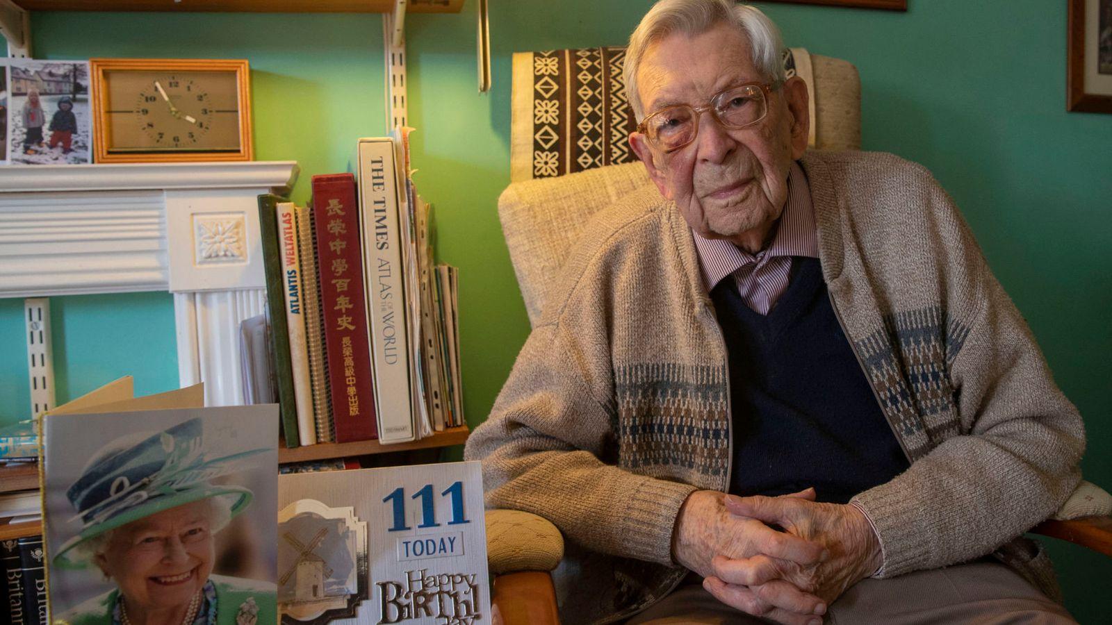 Bob Weighton assis sur un fauteuil chez lui | Photo : Skynews