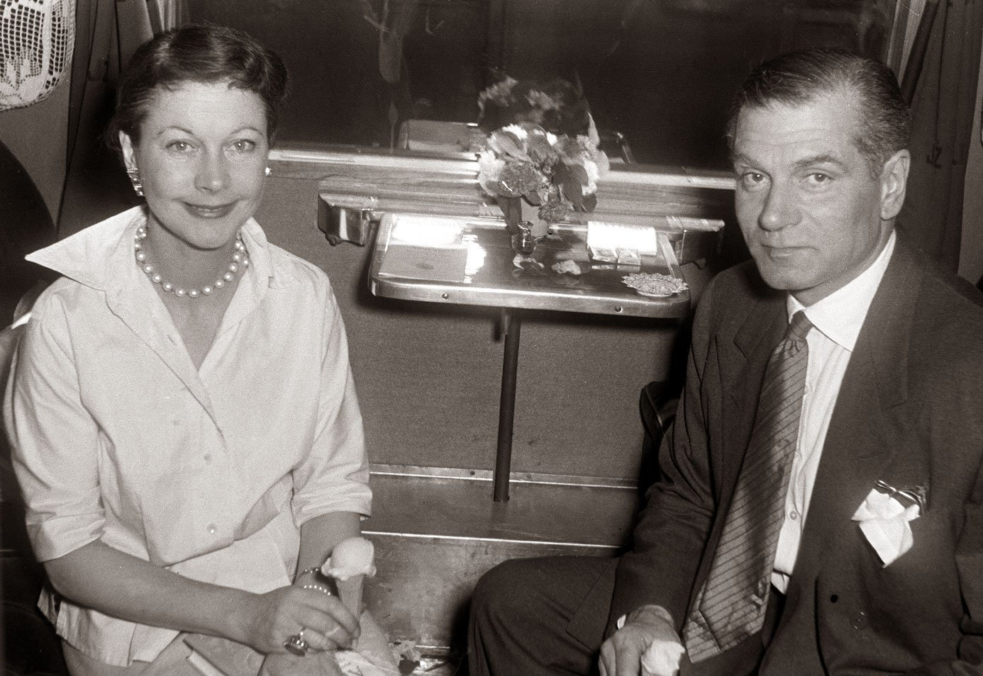 ivien Leigh and Laurence Olivier on a train in Maribor, 1957 | Photo: Wikimedia Commons Images