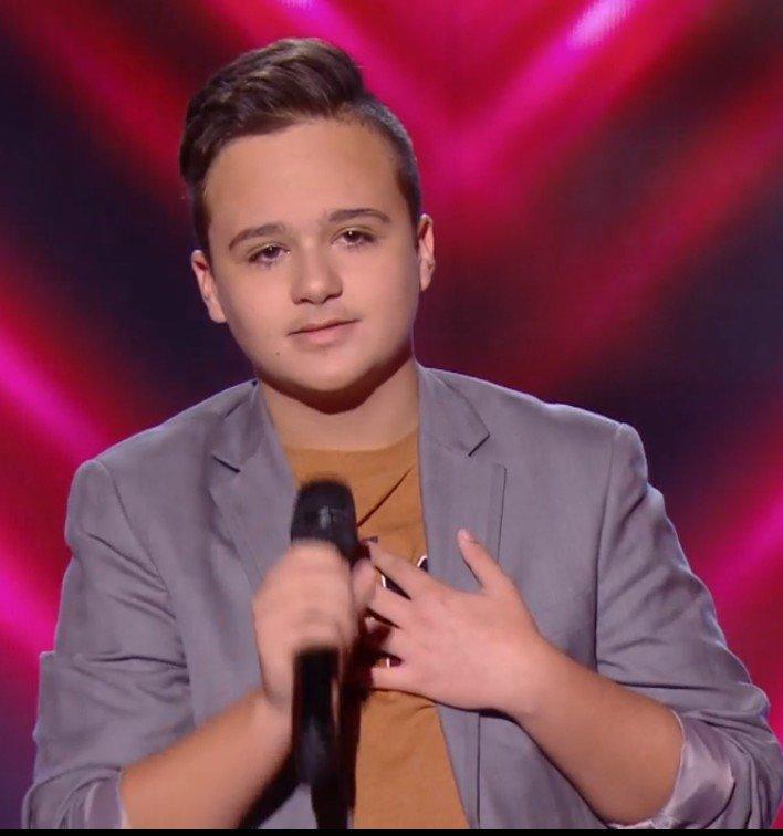 """Mathias sur la scène de """"The Voice : Kids"""". l Source : TF1 Replay"""