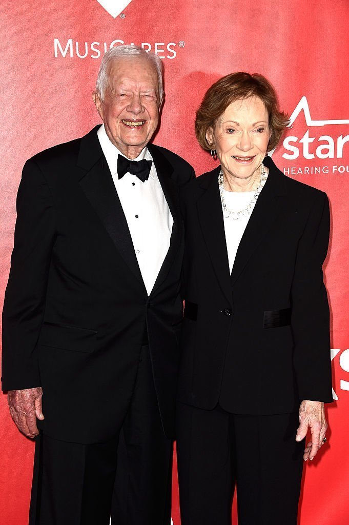 L'ancien président américain Jimmy Carter (à gauche) et l'ancienne Première Dame Rosalynn Carter assistent au gala du 25e anniversaire de MusiCares 2015 Person Of The Year. | Photo : Getty Images