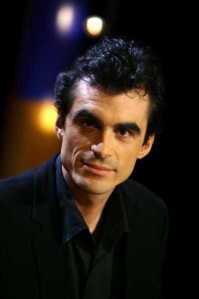 "Le professeur de philosophie français Raphael Enthoven sur le plateau de l'émission ""Vol de Nuit"". 