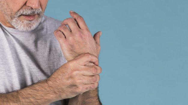 Hombre tocándose la muñeca | Imagen tomada de: Freepik